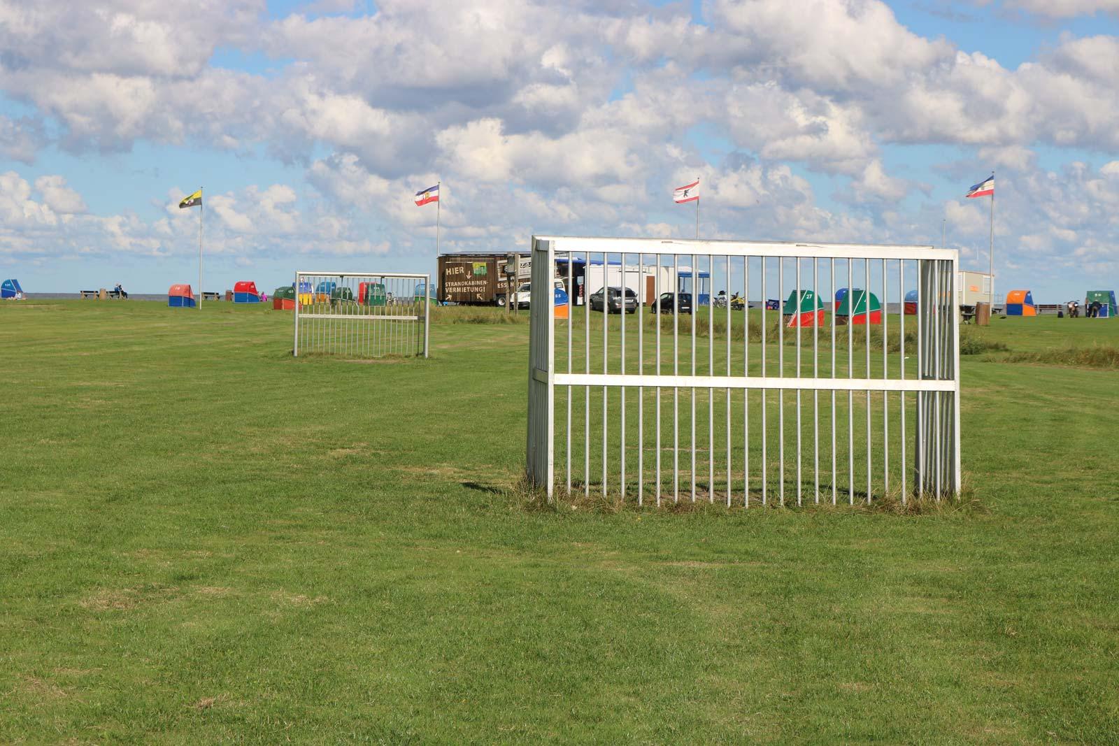 Fußballfeld am Deich von Otterndorf