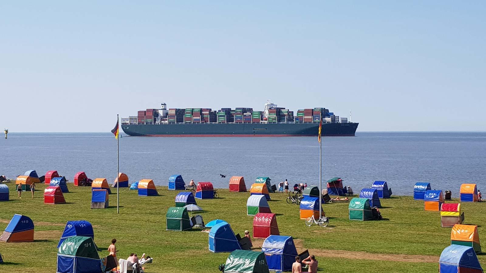 Schiffe vor der Elbe